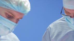 Δύο συγκεντρωμένοι χειρούργοι κατά τη λειτουργία απόθεμα βίντεο
