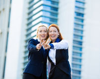 Δύο συγκινημένες επιχειρησιακές γυναίκες, φίλοι που δίνουν το σημάδι νίκης, χειρονομία Στοκ εικόνα με δικαίωμα ελεύθερης χρήσης