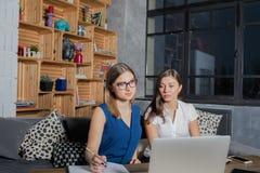 Δύο συνάδελφοι γυναικών που προετοιμάζονται στη συνεδρίαση με το προσωπικό, που χρησιμοποιεί το καθαρός-βιβλίο για τις πληροφορίε στοκ φωτογραφίες με δικαίωμα ελεύθερης χρήσης