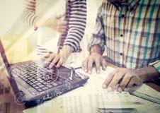 Δύο συνάδελφοι που συζητούν τα στοιχεία που λειτουργούν με το σχέδιο κατασκευής Στοκ εικόνα με δικαίωμα ελεύθερης χρήσης