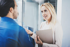 Δύο συνάδελφοι που συζητούν το επιχειρησιακό πρόγραμμα στο σύγχρονο γραφείο Επιτυχής βέβαιος ισπανικός επιχειρηματίας που μιλά με Στοκ εικόνες με δικαίωμα ελεύθερης χρήσης