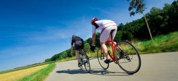Δύο συναγωνιμένος ποδηλάτες Στοκ φωτογραφία με δικαίωμα ελεύθερης χρήσης