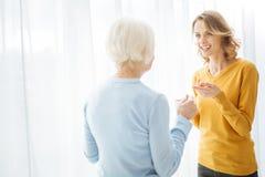 Δύο συναισθηματικές γυναίκες που περιλαμβάνονται σε μια καλά συζήτηση και ένα χαμόγελο Στοκ εικόνες με δικαίωμα ελεύθερης χρήσης