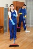 Δύο συνηθισμένοι καθαριστές που καθαρίζουν το πάτωμα Στοκ Φωτογραφία