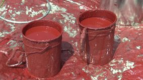Δύο συνθετικοί κόκκινοι συνθετικοί κάδοι χρωμάτων για την υψηλή τάση Πολωνός που βάζει τα κύρια ηλεκτρικά καλώδια, που χρωματίζου απόθεμα βίντεο