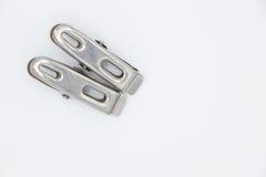 Δύο συνδετήρες υφασμάτων μετάλλων στο άσπρο υπόβαθρο Στοκ Εικόνες
