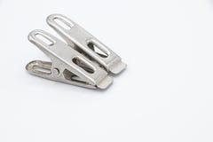 Δύο συνδετήρες υφασμάτων μετάλλων στο άσπρο υπόβαθρο Στοκ εικόνα με δικαίωμα ελεύθερης χρήσης