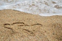 Δύο σύμβολα καρδιών στην άμμο Στοκ Εικόνα