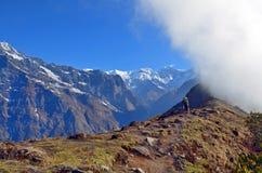 Δύο ταξιδιώτες στο τοπίο βουνών και σύννεφο στο Ιμαλάια Περιοχή Annapurna, του Νεπάλ Στοκ Φωτογραφία