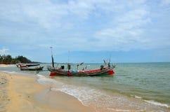 Δύο ταϊλανδικοί ψαράδες παίρνουν τον εξοπλισμό επάνω στη βάρκα στην παραλία Pattani Ταϊλάνδη στοκ εικόνα