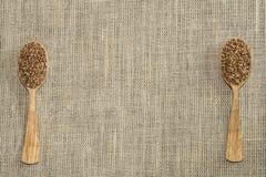 Δύο τα κουτάλια σε έναν ξύλινο πίνακα σύστασης Τοπ όψη στοκ φωτογραφία