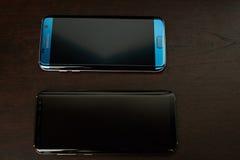 Δύο τηλέφωνα Samsung s8 συν και s7 smartphone ακρών Στοκ εικόνες με δικαίωμα ελεύθερης χρήσης