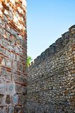Δύο τοίχοι πετρών με μια διαφορετική τεκτονική Στοκ Φωτογραφία