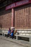 Δύο τοπικές γυναίκες που κουβεντιάζουν στην οδό, Κίνα στοκ εικόνα με δικαίωμα ελεύθερης χρήσης