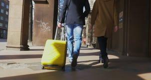 Δύο τουρίστες με το καροτσάκι τοποθετούν σε σάκκο απόθεμα βίντεο