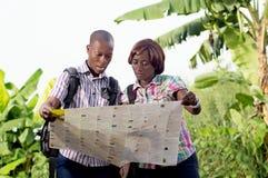 Δύο τουρίστες που διαβάζουν έναν χάρτη Στοκ Φωτογραφίες