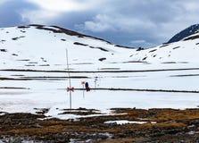 Δύο τουρίστες που περπατούν μια χιονώδη πορεία βουνών σε μια μετάβαση Στοκ φωτογραφία με δικαίωμα ελεύθερης χρήσης
