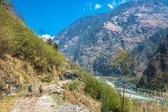 Δύο τουρίστες στη διαδρομή γύρω από Annapurna στις 29 Μαρτίου 2018 Nep Στοκ φωτογραφίες με δικαίωμα ελεύθερης χρήσης
