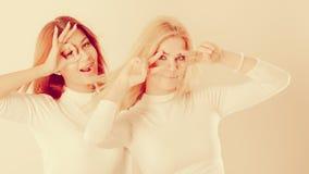 Δύο τρελλά κορίτσια που παίζουν γύρω από από κοινού Στοκ φωτογραφία με δικαίωμα ελεύθερης χρήσης