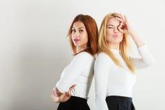 Δύο τρελλά κορίτσια που παίζουν γύρω από από κοινού Στοκ Φωτογραφίες