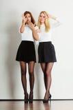 Δύο τρελλά κορίτσια που παίζουν γύρω από από κοινού Στοκ εικόνα με δικαίωμα ελεύθερης χρήσης
