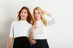 Δύο τρελλά κορίτσια που παίζουν γύρω από από κοινού Στοκ Φωτογραφία
