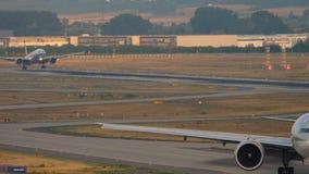 Δύο τριπλό επτά Boeing σε Fraport απόθεμα βίντεο