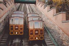 Δύο τρομερά αναδρομικά τραίνα funicular Hill του Castle Στοκ φωτογραφία με δικαίωμα ελεύθερης χρήσης