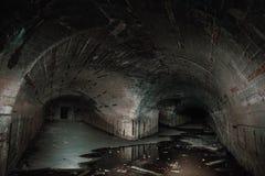 Δύο τρόποι στους πολύ υπόγειους συγκεκριμένους διαδρόμους ή σήραγγες στην εγκαταλειμμένη αποθήκη ή το πυρηνικό καταφύγιο στοκ εικόνα