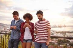Δύο τύποι και ένα κορίτσι σε μια γέφυρα στοκ φωτογραφίες με δικαίωμα ελεύθερης χρήσης