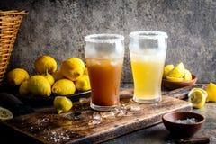Δύο τύποι λατινοαμερικάνικων ποτών Michelada μπύρας με το χυμό και το άλας λεμονιών Της Χιλής michelada και πικάντικος μεξικανός Στοκ Φωτογραφία
