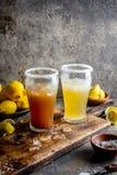 Δύο τύποι λατινοαμερικάνικων ποτών Michelada μπύρας με το χυμό και το άλας λεμονιών Της Χιλής michelada και πικάντικος μεξικανός Στοκ Εικόνες