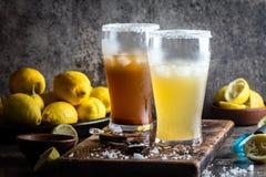 Δύο τύποι λατινοαμερικάνικων ποτών Michelada μπύρας με το χυμό και το άλας λεμονιών Της Χιλής michelada και πικάντικος μεξικανός Στοκ φωτογραφία με δικαίωμα ελεύθερης χρήσης