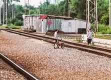 Δύο τύποι με τα ποδήλατα στη θερινή ημέρα στοκ φωτογραφίες με δικαίωμα ελεύθερης χρήσης
