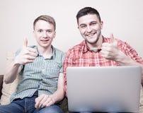 Δύο τύποι με τις συσκευές Στοκ εικόνα με δικαίωμα ελεύθερης χρήσης