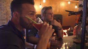 Δύο τύποι πίνουν τα κοκτέιλ στο φραγμό απόθεμα βίντεο
