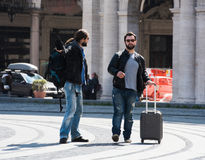 Δύο τύποι παλεύουν στη μέση της οδού δημόσια Στοκ φωτογραφία με δικαίωμα ελεύθερης χρήσης