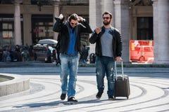 Δύο τύποι παλεύουν στη μέση της οδού δημόσια Στοκ Εικόνες
