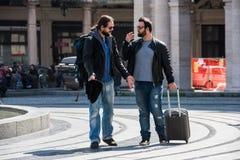 Δύο τύποι παλεύουν στη μέση της οδού δημόσια Στοκ Φωτογραφία