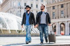 Δύο τύποι περπατούν και Στοκ Φωτογραφίες