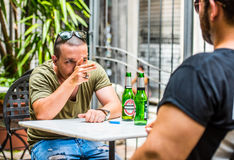 Δύο τύποι που έχουν ένα επιχείρημα Στοκ Φωτογραφίες