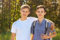 Δύο τύποι που αγκαλιάζουν μια ηλιόλουστη ημέρα Στοκ εικόνες με δικαίωμα ελεύθερης χρήσης