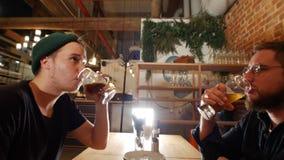 Δύο τύποι που κάθονται στο φραγμό, μπύρα κατανάλωσης φιλμ μικρού μήκους