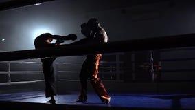 Δύο τύποι που προετοιμάζονται για οι ανταγωνισμοί κίνηση αργή σκιαγραφία απόθεμα βίντεο
