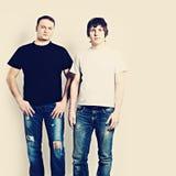 Δύο τύποι που φορούν τις γραπτές μπλούζες Στοκ εικόνα με δικαίωμα ελεύθερης χρήσης