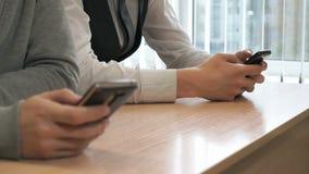 Δύο τύποι σπουδαστών με τα smartphones απόθεμα βίντεο