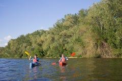 Δύο τύποι ταξιδεύουν τον ποταμό στοκ φωτογραφία με δικαίωμα ελεύθερης χρήσης