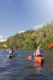 Δύο τύποι ταξιδεύουν τον ποταμό στοκ εικόνες