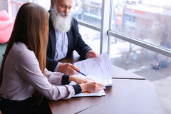 Δύο υπάλληλοι της επιχείρησης των νεολαιών και του ηλικιωμένου ανθρώπου για να συζητήσει prob Στοκ Φωτογραφίες