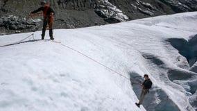 Δύο υποψήφιοι οδηγών βουνών που ασκούν crevasse τη διάσωση σε έναν παγετώνα στις Άλπεις στοκ φωτογραφία με δικαίωμα ελεύθερης χρήσης